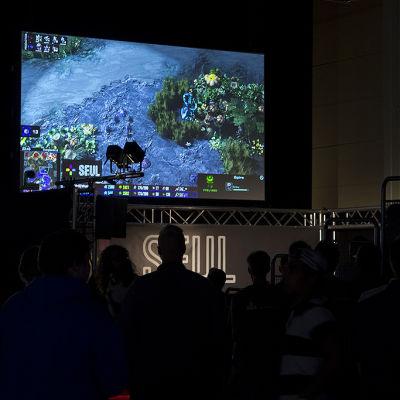 Katsojat jännittämässä Starcraft 2-turnausta Assembly Summer 2014 -tapahtumassa