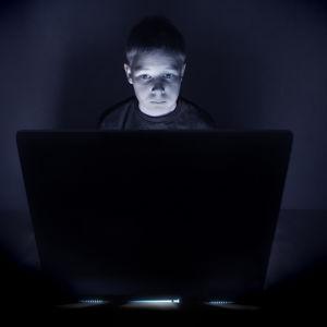 poika tietokoneella