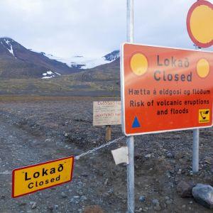 Vägspärr vid Bárðarbungaomådet på Island.