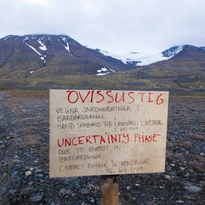 En varningsskylt nära vulkanen Bárðarbunga på Island