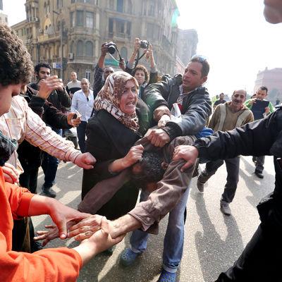 Demonstranter på årsdag i Kairo