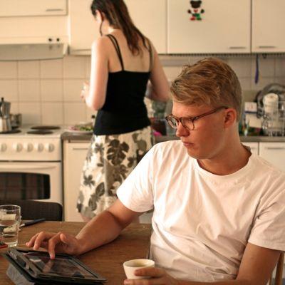 Ville Vuorelma bor i ett fyrapersonernskollektiv på tavastvägen i Helsingfors. Renata Burdova från Tjeckien i bakgrunden.