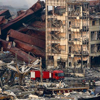 Pirstaleiksi räjähtäneitä rakennuksia Tianjinissä.