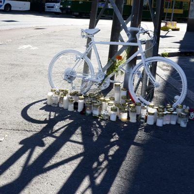 """""""Haamupyörä"""" jätettiin tapahtumapaikalle Tukholmankadun ja Mannerheimintien risteykseen autoilijan ja pyöräilijän törmäyksessä menehtyneen pyöräilijän muistoksi perjantaina."""