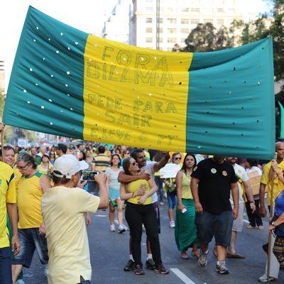 Mielenosoittajat intoutuivat ottamaan itsestään kuvia karnevaalia muistuttaneessa São Paulon mielenosoituksessa.