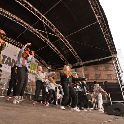 Nuoret tanssijat esiintyvät lavalla
