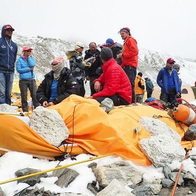 Kiipeilijöitä maanjäristyksen tuhoamalla leirillä Mount Everest -vuorella 25. huhtikuuta.