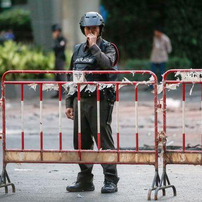 Poliisi seisoo vartiossa räjäytyksen jälkeisenä päivänä.