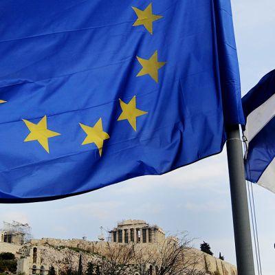 Euroopan lippu ja Kreikan lippu.