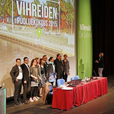 Paikalla olleet vihreiden eduskuntaryhmän jäsenet esittäytyivät puoluekokousväelle puoluekokouksessa Oulussa perjantaina.