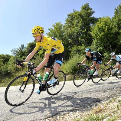 Chris Froome johtaa pyöräilijöiden joukkue Ranskan ympäriajossa.