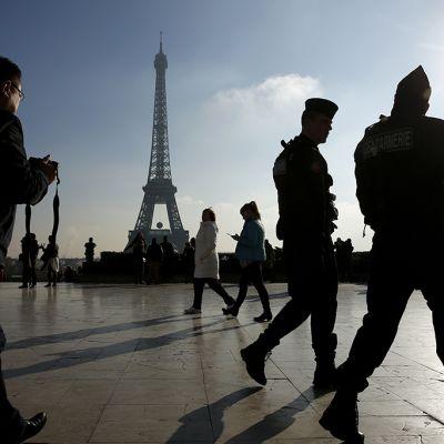 Poliisit partioivat Pariissa