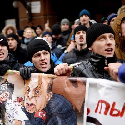 Ihmisiä Turkin vastaisessa mielenosoituksessa Turkin suurlähetystön edessä Moskovassa keskiviikkona.