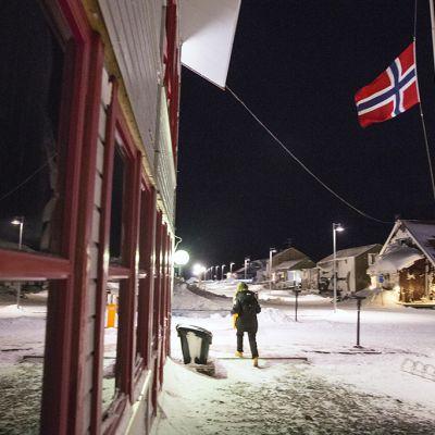 Norjan lioppu liehui puolitangossa Longyearbyenissä.