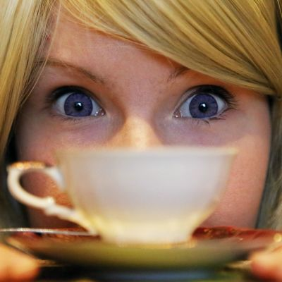 kahvikupin kanssa