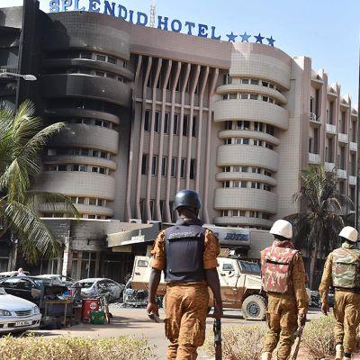 Sotilaita vartiossa Splendid Hotelin ja Cappuccino-ravintolan ulkopuolella lauantaina 16. tammikuuta, kun päivänvalo on paljastanut kaikki terroristihyökkäyksen karmeat jäljet.
