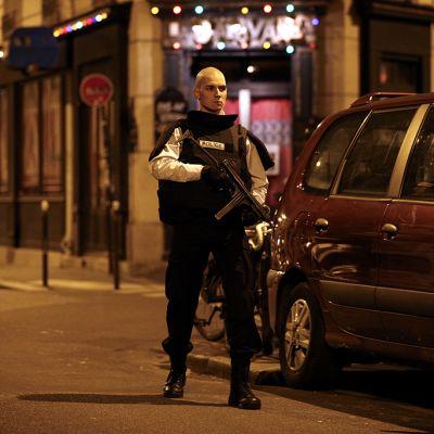 Poliisi vartiossa lähellä ampumavälikohtauksen tapahtumapaikkaa Pariisin keskustassa.