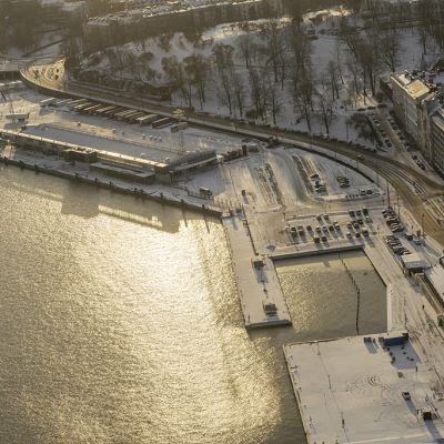 Guggenheimin tontin ilmakuva kuvattuna ylhäältä Senaatintorilta päin aurinkoisena talvipäivänä.