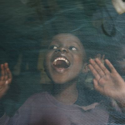 Hassan Marjan leikkii koulun jälkeen kotonaan sisarensa kanssa hyönteismyrkyllä käsitellyn hyttysverkon alla Nairobissa.