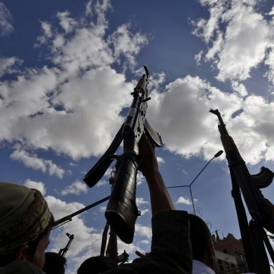 Huthikapinalliset protestoivat ilmaiskuja vastaan Jemenissä.