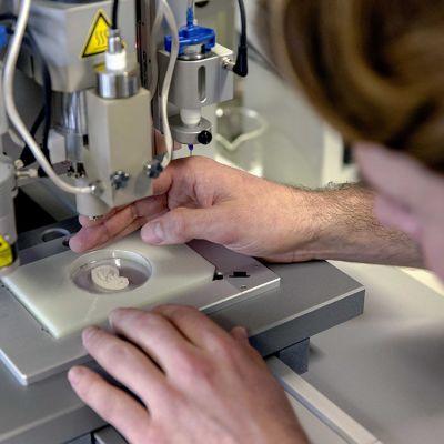 Korvaproteesin 3D-tulostamista.