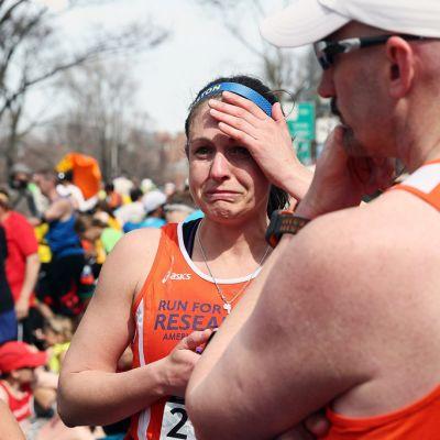 Pommi-iskusta järkyttyneitä juoksijoita Bostonissa.
