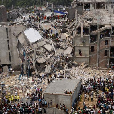 Bangladeshissa sortuneen tekstiilitehtaan rauniot.