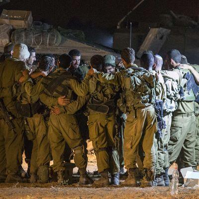 Israelin armeijan sotilaat valmistautuivat taisteluihin Gazan rajalla lauantaina 19. heinäkuuta.