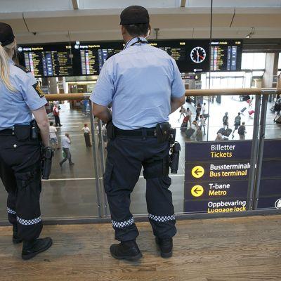 Aseistetut poliisit vartioivat päärautatieasemalla terrorismiuhan vuoksi Oslossa, Norjassa 25. heinäkuuta.