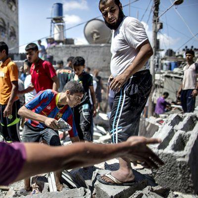 Palestiinalaiset raivaavat raunioita