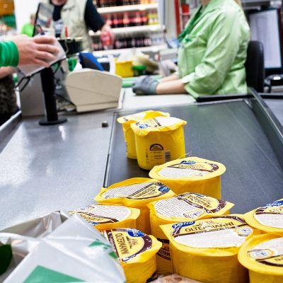 Henkilö ostaa kymmenen Venäjän markkinoille tarkoitettua Valion Oltermanni-juustoa Itäkeskuksen Prismasta 15. elokuuta 2014.