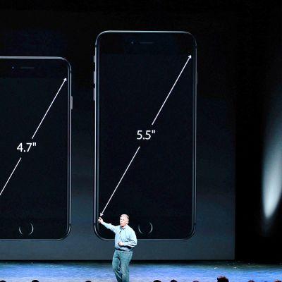 Applen johtaja Phil Schiller esitteli kaksi uutta mallia, iPhone 6 ja iPhone 6 Plus.