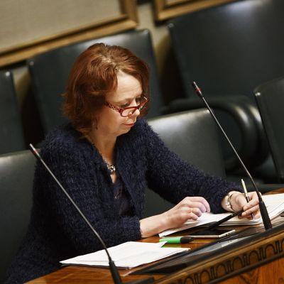 Kulttuuri- ja asuntoministeri Pia Viitanen eduskunnan täysistunossa keskiviikkkona 15. lokakuuta.