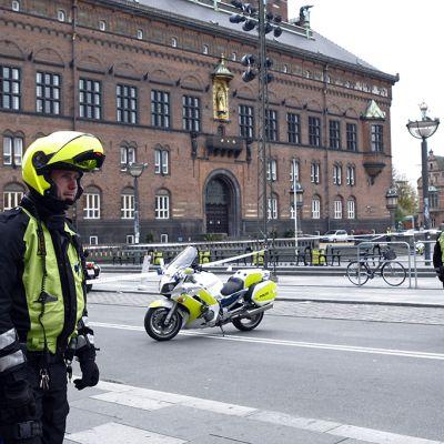 Kööpenhaminan raatihuone on evakuoitu pommiuhan takia.