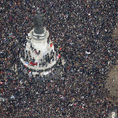 Rauhanmarssin osallistujia Place de la Republiquella Pariisissa sunnuntaina.