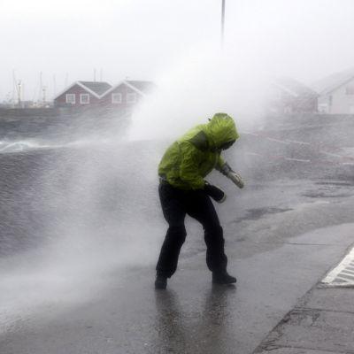 aallot pärskyvät tielläkulkevan ihmisen päälle