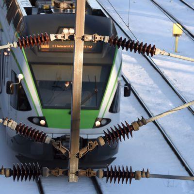 Sähköt katkesivat tuhansilta asiakkailta Pasilan ympäristössä ja haittasivat lähijunaliikennettä Helsingissä tiistaina.