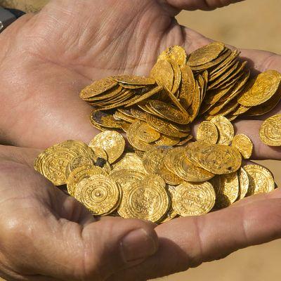 Israelin edustalta merestä löytyneeseen kolikkoaarteeseen kuuluvia kolikkoja.