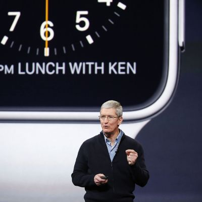 Toimitusjohtaja Tim Cook esitteli Applen älykelloa Yerba Buena Centerissä San Franciscossa Kaliforniassa 9. maaliskuuta 2015.