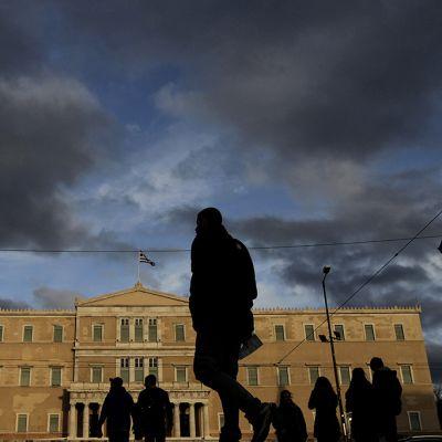 Ihmisiä Ateenassa parlamentin edustalla 8. maaliskuuta 2015.