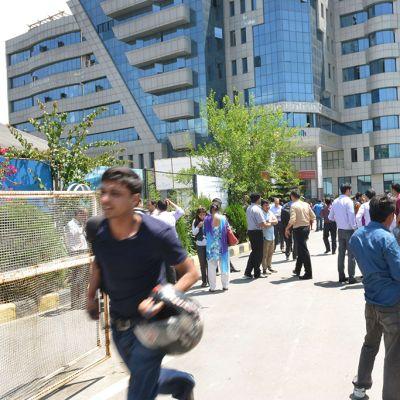 Ihmisiä Kathmandun kaduilla, kun uusi järistys ravisutti maata tiistaina.