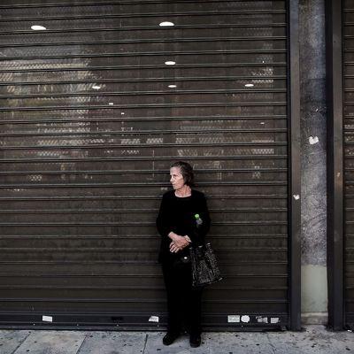Kreikkalaisnainen odotti pankin avautumista nostaakseen eläkkeensä, 120 euroa, Ateenassa 1. heinäkuuta 2015.