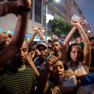Israelin etiopialaiset osallistuivat poliisin väkivaltaa ja rasismia vastustavaan mielenosoitukseen Tel Avivissa 22. kesäkuuta 2015.