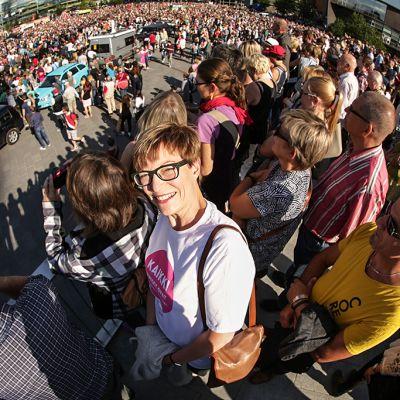 Kirsi Pimiä keskellä väkijoukkoa mielenosoituksessa