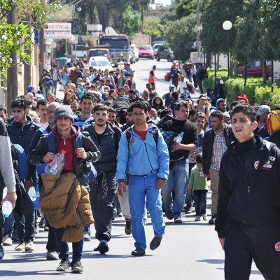 Siirtolaisia kadulla.
