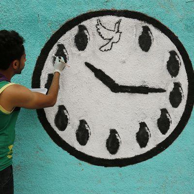 Jemeniläinen taiteilija maalaa Sanaan kaupungissa graffitteja rauhan tukemiseksi