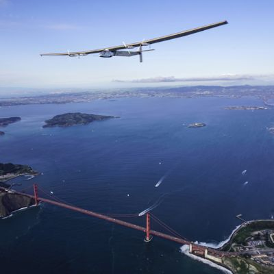 Aurinkolentokone lentämässä Golden Gate -sillan ylitse.