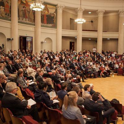 Historioitsijoita istuimillaan Helsingin yliopiston juhlasalissa.