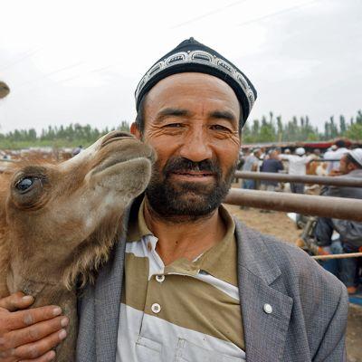 Kamelikauppias kamelinsa kanssa.