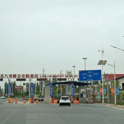 Kuvassa poliisin tiesulku Xinjiangissa.